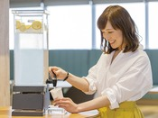 ウェルカムドリンクサービス(14:00-24:00)挽きたてコーヒーは何杯でも無料!コーヒーが苦手なお客様へはレモンウォーターをご用意