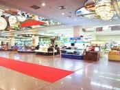 【ロビー売店】様々な銘菓や記念土産、赤ちゃん用品もございます。