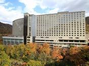 【外観】秋の彩り豊かな定山渓ビューホテル