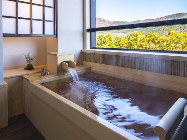 天然温泉の客室露天風呂は檜造り(一例)