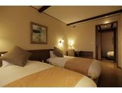 リビングルームとは別に1名様用の個室を設けた一風変わった間取りの客室です。リビングのベッドはハリウッドツイン手配も可能です。