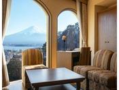 大浴場に近く、富士山側に大きな窓がある眺望重視の客室。