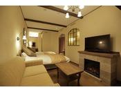 細部にまでこだわった照明がプロヴァンス調の室内を照らします。テレビ下の暖炉は電気式です。