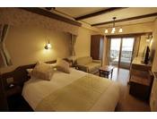 リビングルームにダブルサイズベッド1台を備えたお部屋です。