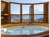 ローズタイプの客室はすべて露天風呂でのご案内となります。専用のビューバスウェアはフロントロビーにてご用意しております。