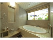 客室のお風呂にもステンドグラスが施されています。