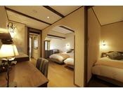 4ベッドを備えたスイートルーム。リビングに2台、寝室に2台ございます。寝室は扉を閉めると完全な個室になるため、2世帯旅行の方にもおすすめです。