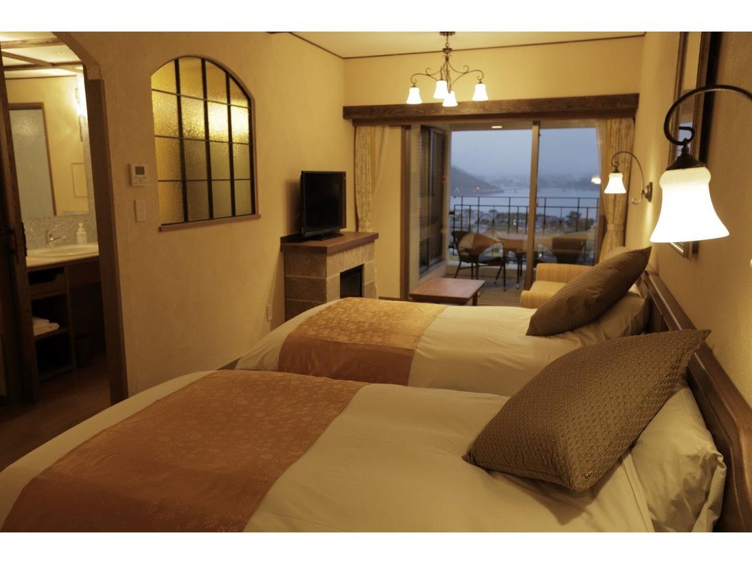 【ラビスタツイン】リビングルームに2ベッドを備えたスタンダード客室。