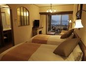 リビングルームに2ベッドを備えたスタンダード客室。