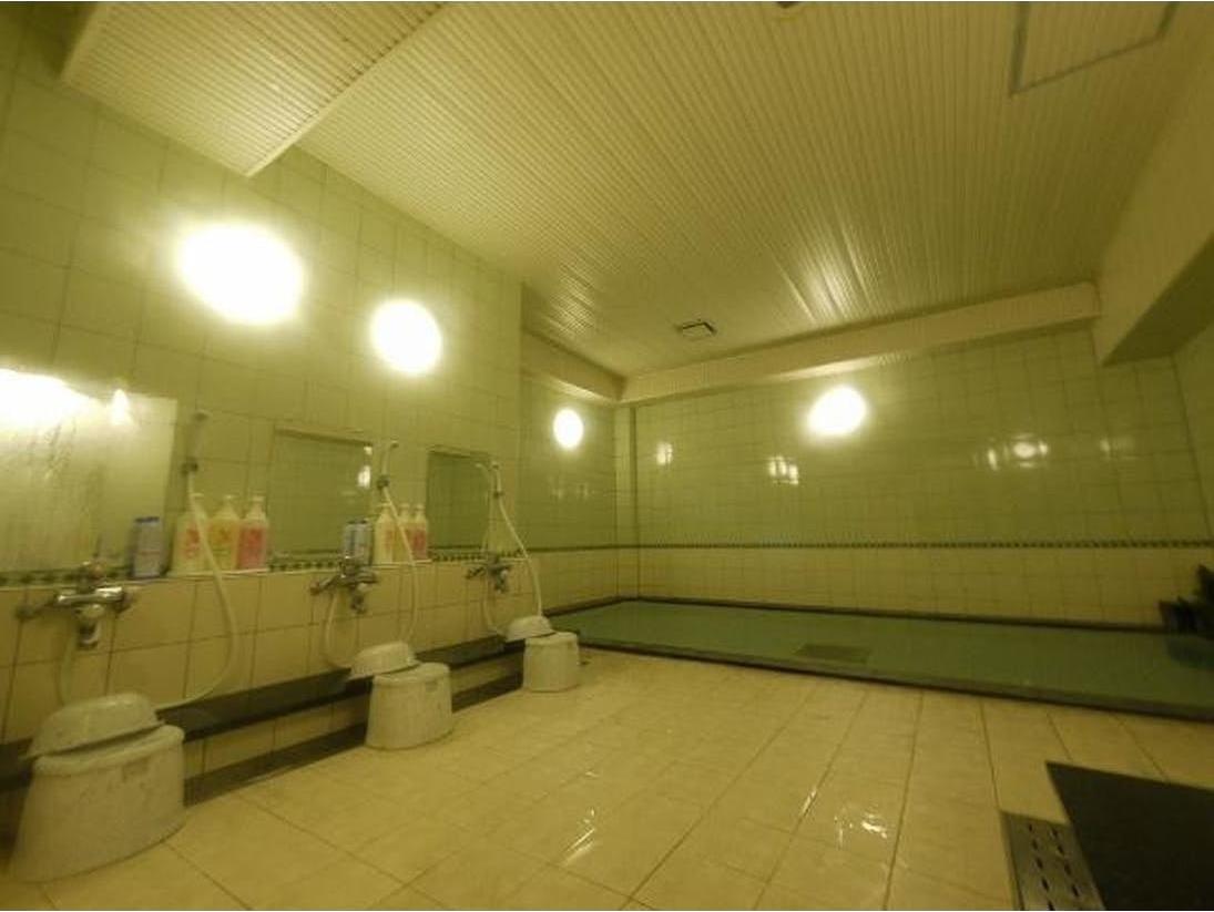 ゆったりとした大浴場にて、日々の疲れを癒してしてみませんか。ご利用時間 15:00~翌2:00 5:00~10:00