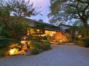 *外観/古き良き日本情緒を守り、四季の風情と調和する美しい庭園の宿。