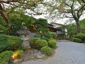 *外観/須雲川の流れによって出来た谷が箱根旧街道に向かって傾斜してゆく途中にあります。