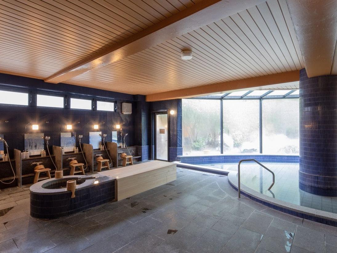 【男女別大浴場】湯殿全体が周囲の自然と一体となるよう大きく窓をとりました。