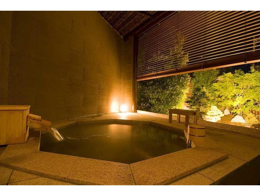 庭園を眺めながら、好きな時間にいつでも入浴できます。夜には庭園がライトアップされ、昼間とは違う雰囲気になります。