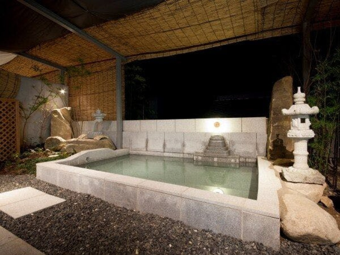 石造りの露天風呂で旅の疲れをゆっくりと癒していただけます