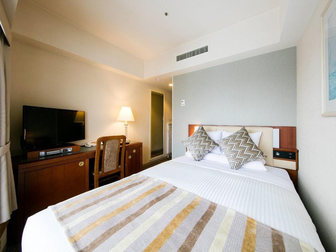 ■コンフォートダブル(14平米)ベッド幅140cmで2名様までご利用いただけます。
