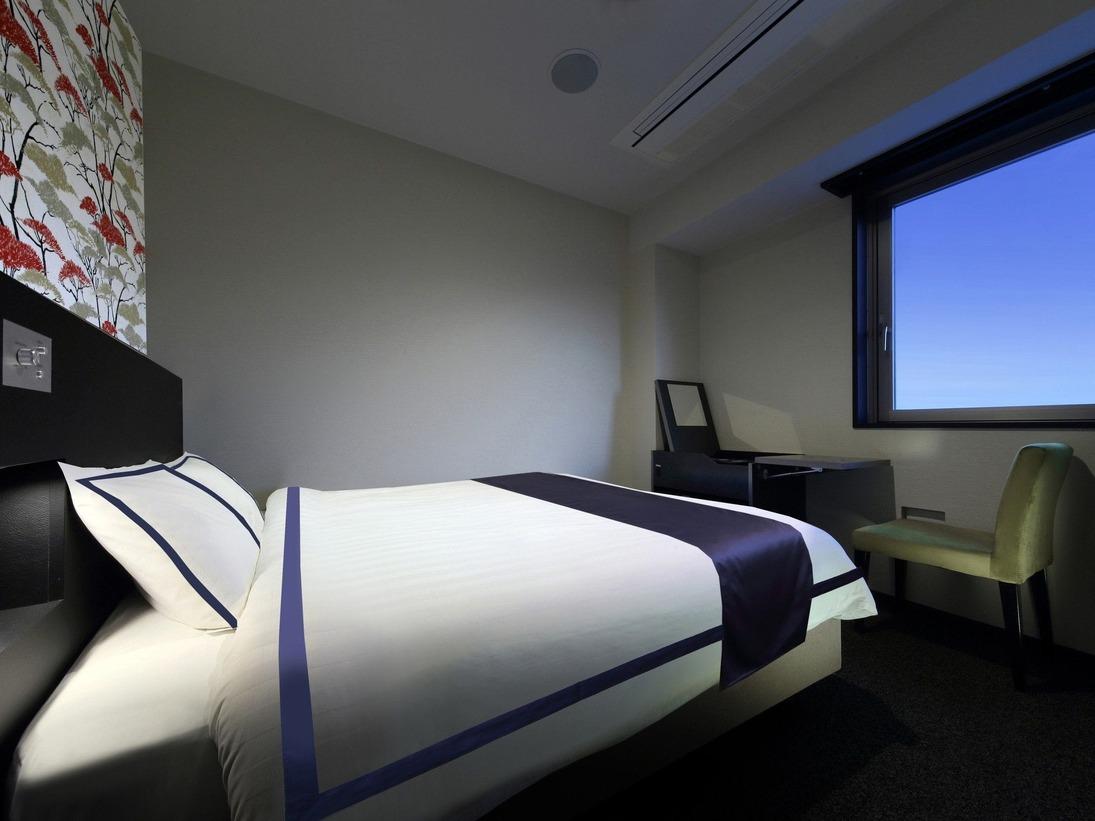 <スカイフロアダブル>最上階7階に位置し、他フロアより天井が高く開放的な一部屋。シモンズクイーンベッド160cm幅ポケットコイルベッド採用。広さ17平米/全室禁煙/無料Wi-fi無線LAN/コルビー社製ズボンプレッサー/枕元コンセント/シャワートイレ