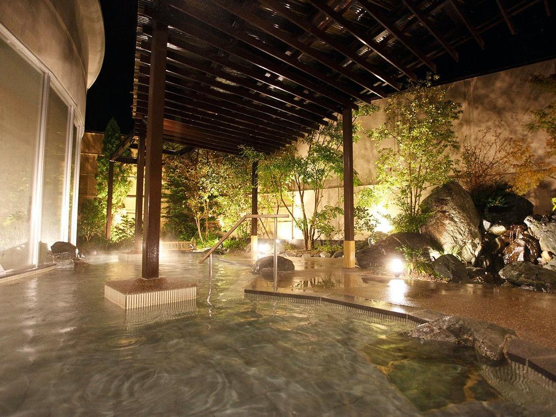 自然石をふんだんに使った野趣に富んだ大浴場。自然石を配した岩風呂や、シルクバスから成る内風呂と露天風呂が一体となったような野趣あふれる大浴場です。(偶数月=女性風呂・奇数月=男性風呂)