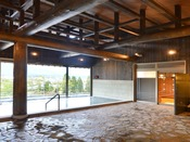 新温泉棟のわらび平の湯では、太い梁に同じ長野県内、佐久市で伐採した、樹齢160年のヒノキを使用しました