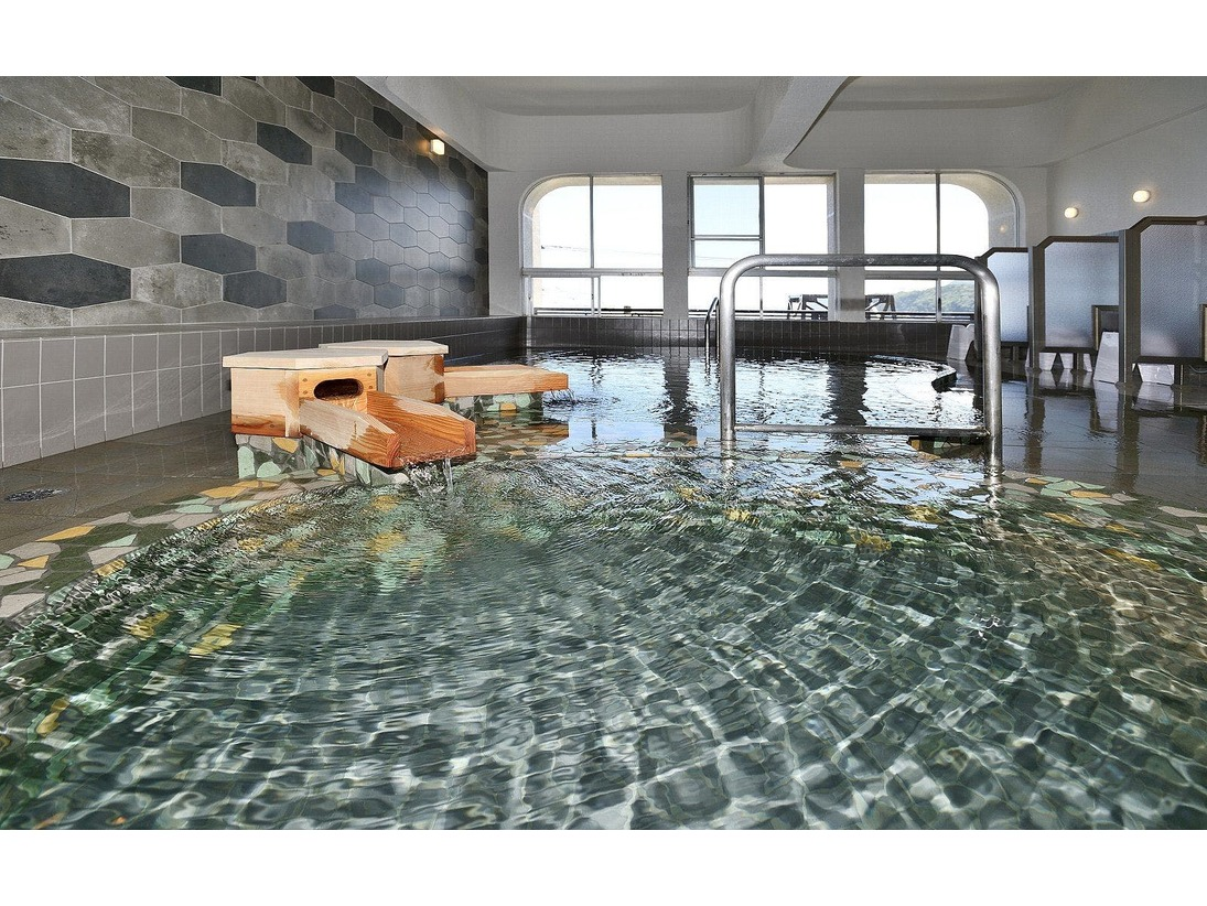 自家源泉を贅沢にかけ流しにした大浴場塩分豊富な温泉はお肌がすべすべになります