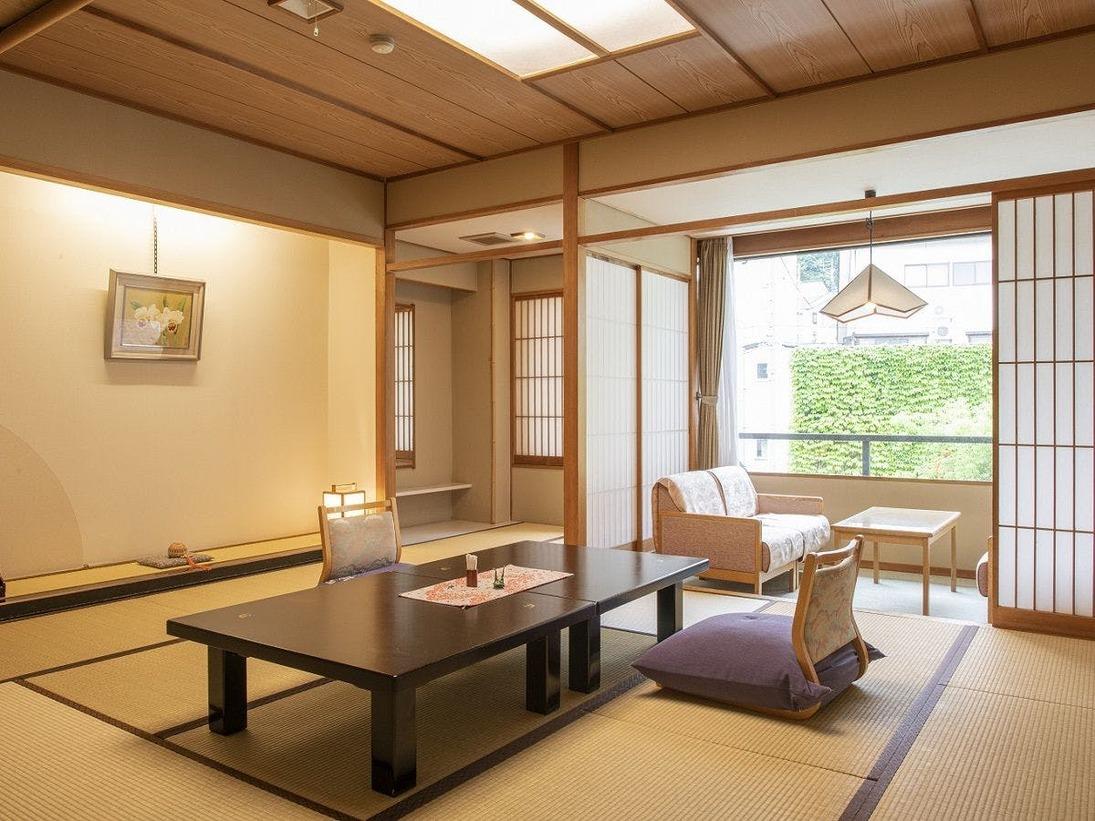 昔ながらの作りをしたスタンダード和室は、ご納得いただける広さと機能を兼ね備えたお部屋でございます。くつろぎ空間でごゆっくりとお寛ぎくださいませ。