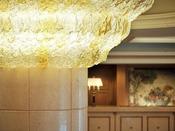 ベネチアングラスのシャンデリアが、ロビーのシンボルです。