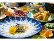 一番人気の温泉トラフグの薄造りメインのお料理です。唐揚げや福とろろや炊き込みご飯など温泉トラフグを存分にご賞味ください。