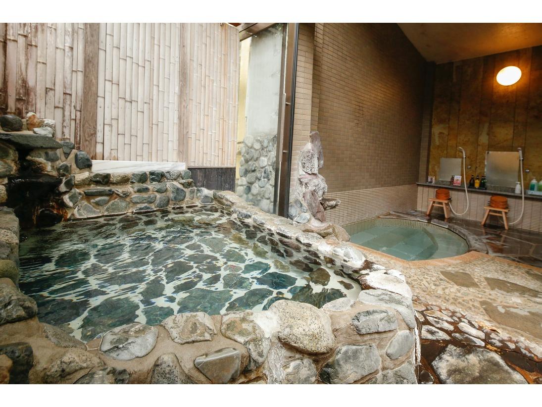 内風呂と半露天風呂を備えた貸切風呂。 洞窟風呂のような佇まいで閉め切って使用すればスチームサウナのようにご利用していただけます。