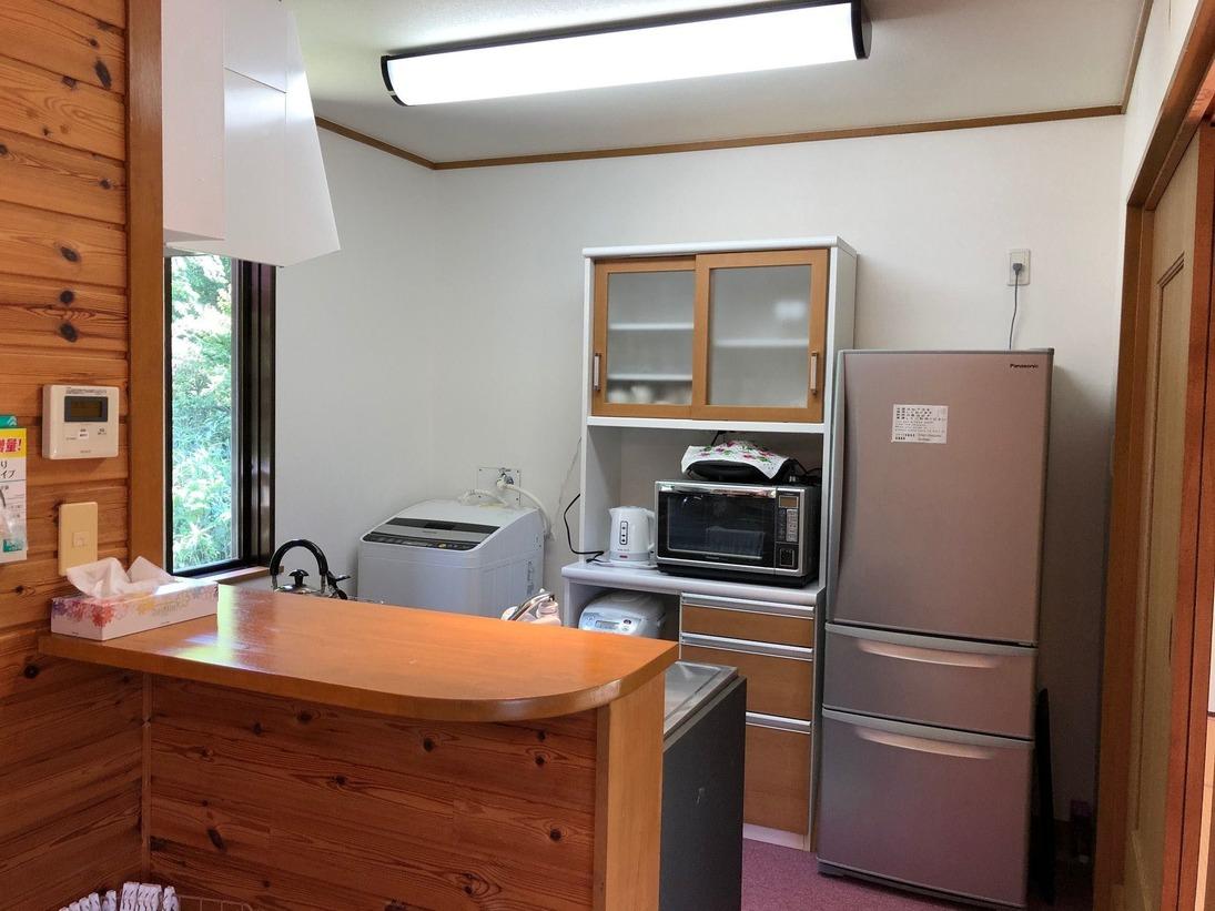 キッチンは、ガスコンロで、冷蔵庫、洗濯機、食器、鍋類があります。