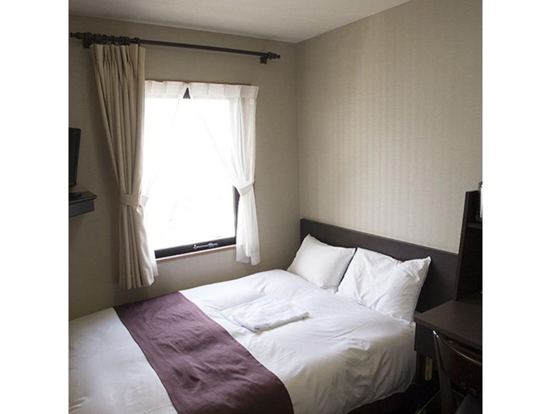 お部屋の大きさはシングルルームと同等サイズですが、2名様でご利用可能なゆったり幅の140cm×195cmダブルベッド。