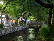 【高瀬川(夜)】夜の高瀬川も、京都らしい雰囲気を感じていただけます