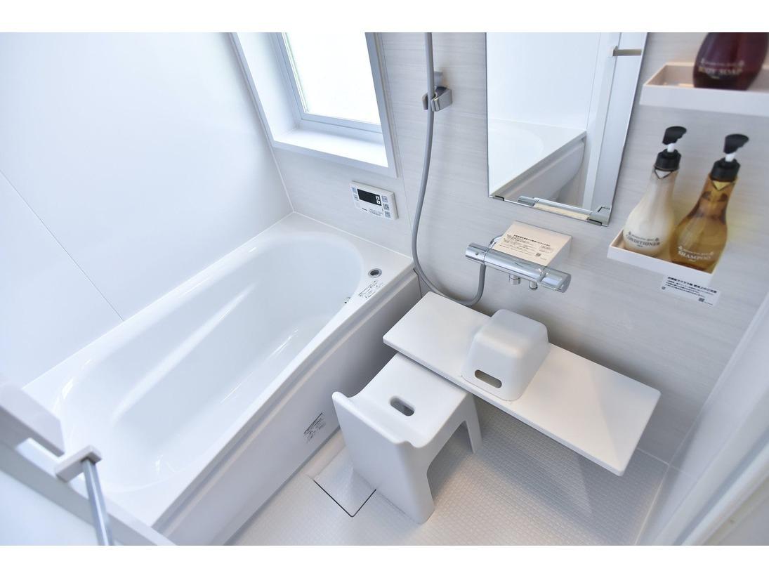 お部屋の浴室の一例です。 清潔感のあるユニット、もちろんシャンプーやリンス、ボディソープも備わっております。