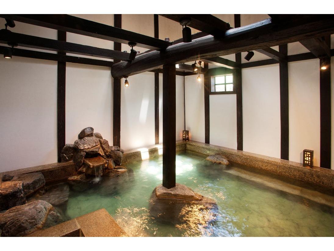 """【温泉】女性専用別棟""""りらっくす蔵""""の浴場。古民家の輪郭を残した風情ある空間で至福のバスタイムを。"""