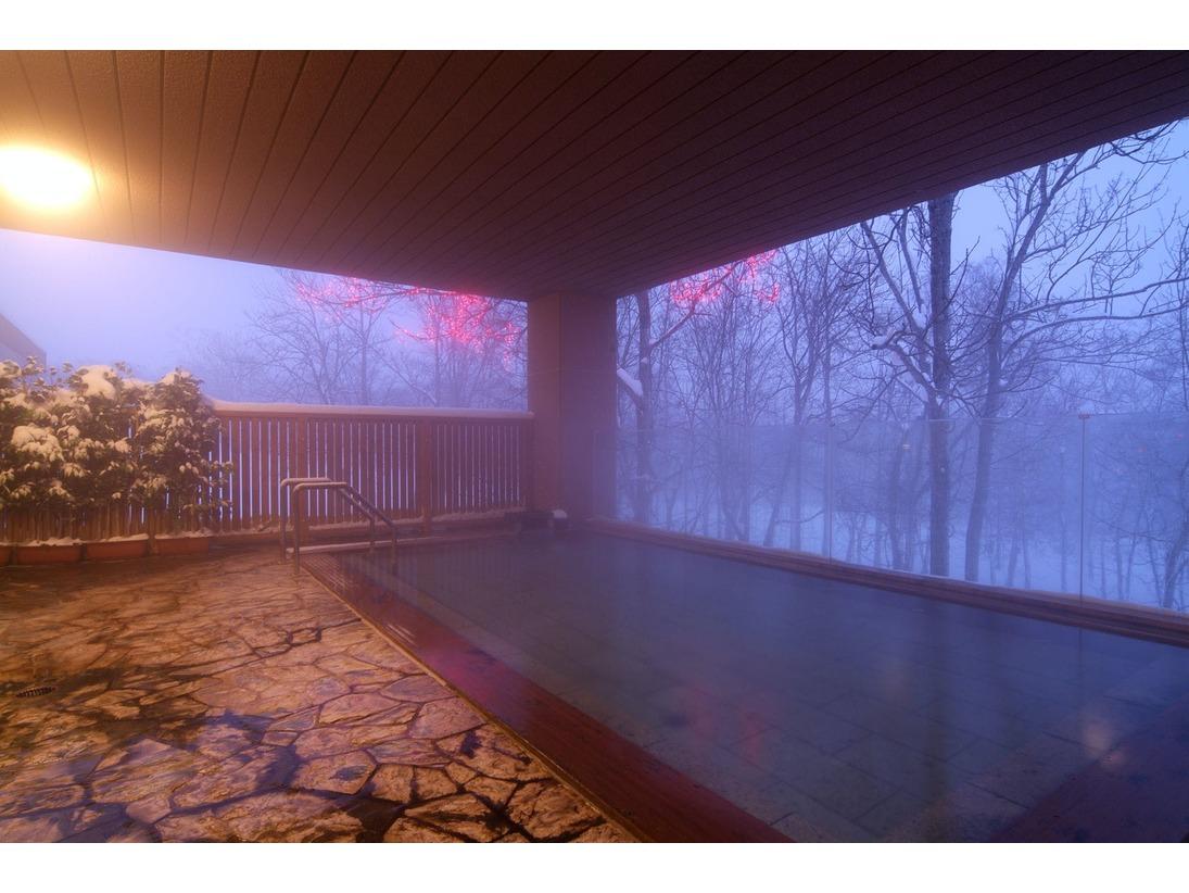 冬景色の森の天空露天風呂