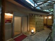 *大浴場入口/2か所ある展望大浴場。ご利用時間は15時~24時、5時~10時。