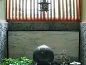 *玉庭をイメージしたエントランスの玉のオブジェ