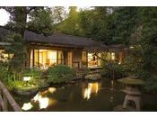 客室/庭園の池を囲むように配された、三間続きの離れのお部屋でくつろぎのひとときを。