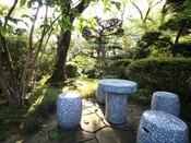 *庭園/散策をひと休み。庭園には桜や花かいどう、杏など四季折々の和の花が咲き誇ります。