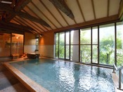 *大浴場『金殿』/ひのき造りの『金殿』。石造りの『銀殿』と日替わりでお入りいただけます。