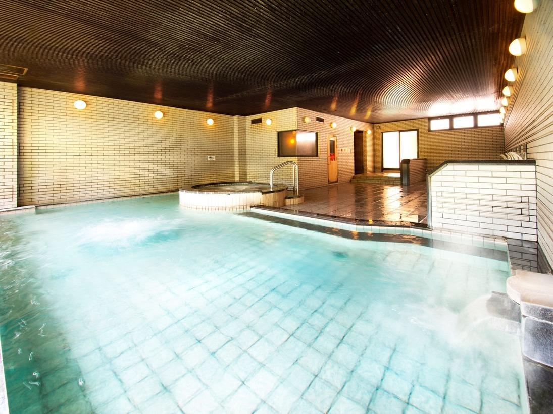 天然温泉を引き湯した解放感ある広々とした大浴場