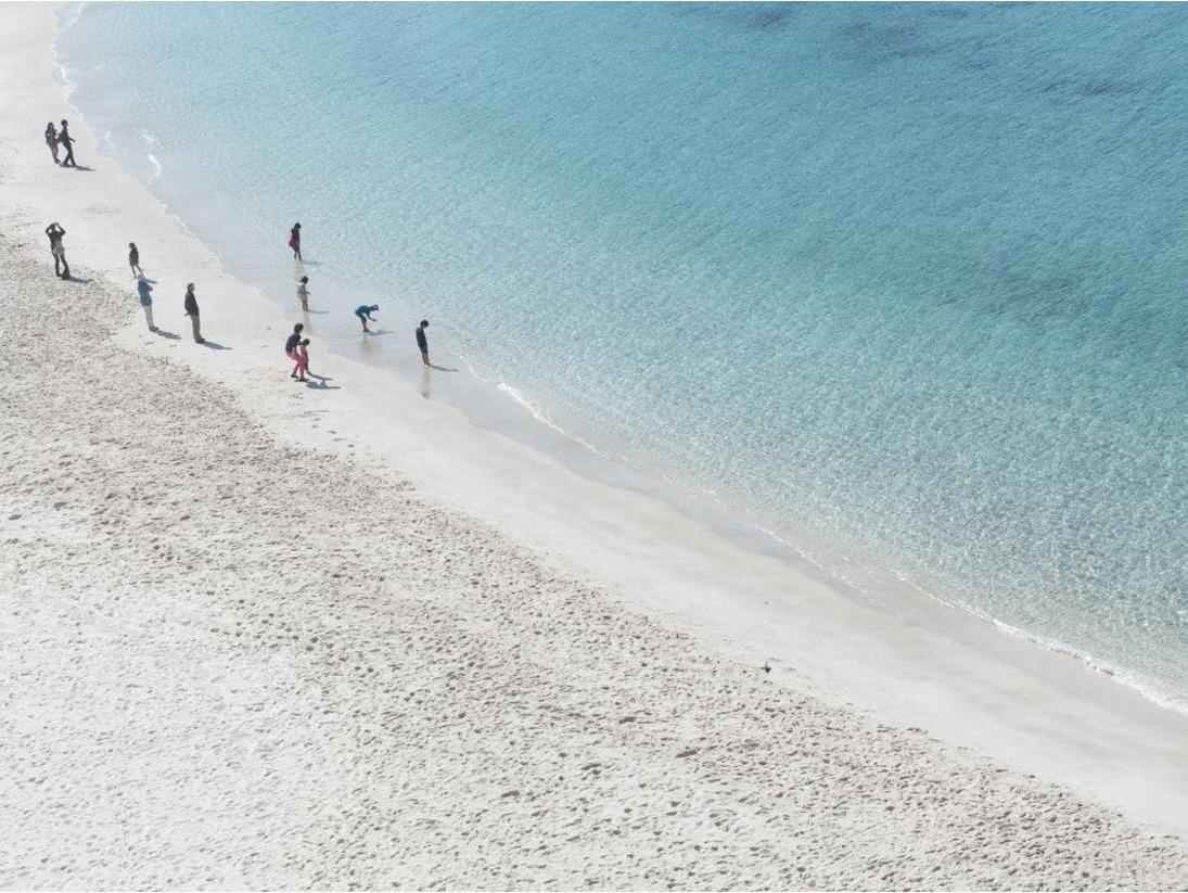 海の透明度と砂の白さがわかります。