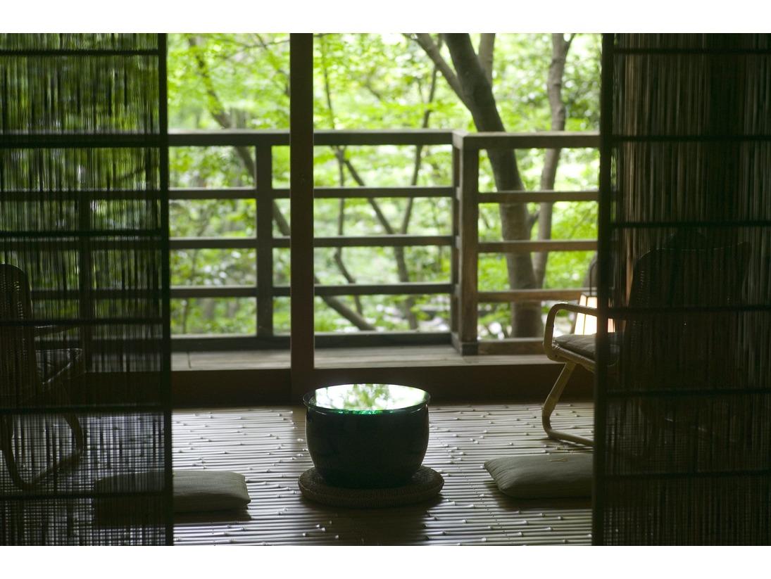 露天風呂付和室は山庭に面しており、緑を愛でながらお寛ぎいただけます。