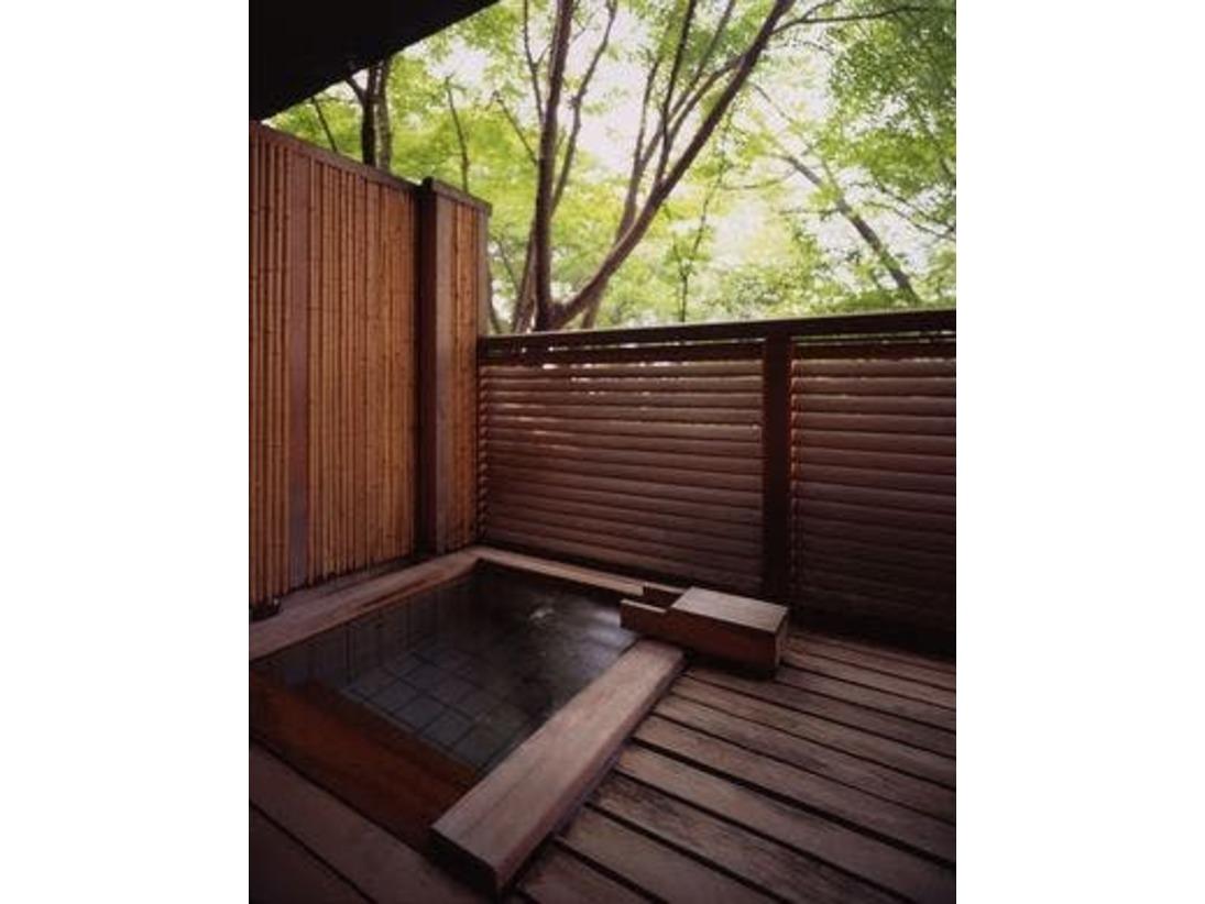 露天風呂付和室のお部屋にご用意している露天風呂。