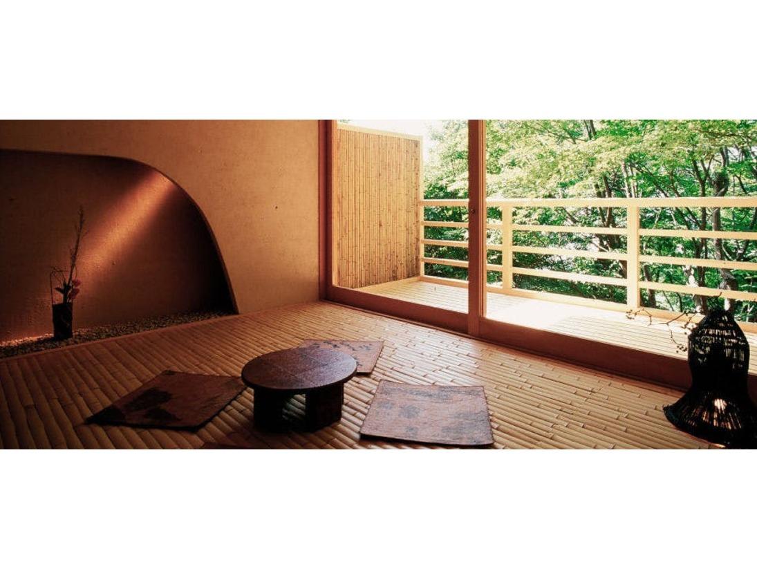 【露天風呂付】和室(60~65平米)和室は一階もしくは庭園階にあり、山庭に面しています。和室には月見台がついています。月見台(テラス)にハンモックが取り付けできるタイプもございます。(お子様は不可)露天風呂にジャグジーが付いたタイプもございます。