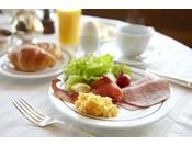 みなとみらいからベイブリッジまで、横浜のパノラミックな景色を一望しながら楽しむ朝食。開放感漂う心地よい空間で、優雅な朝が始まります。※写真はイメージです※食材の入荷状況により、メニュー内容が変更になる場合がございます(ル・ノルマンディ)