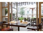"""イタリア大理石モザイクを継承し美しい中庭とのつながりを意識したリストランテで、イタリア各地の味わい豊かな郷土料理""""cucina regionale""""の数々を旅するようにお楽しみいただけるメニューをご用意いたしました。※写真はイメージです"""