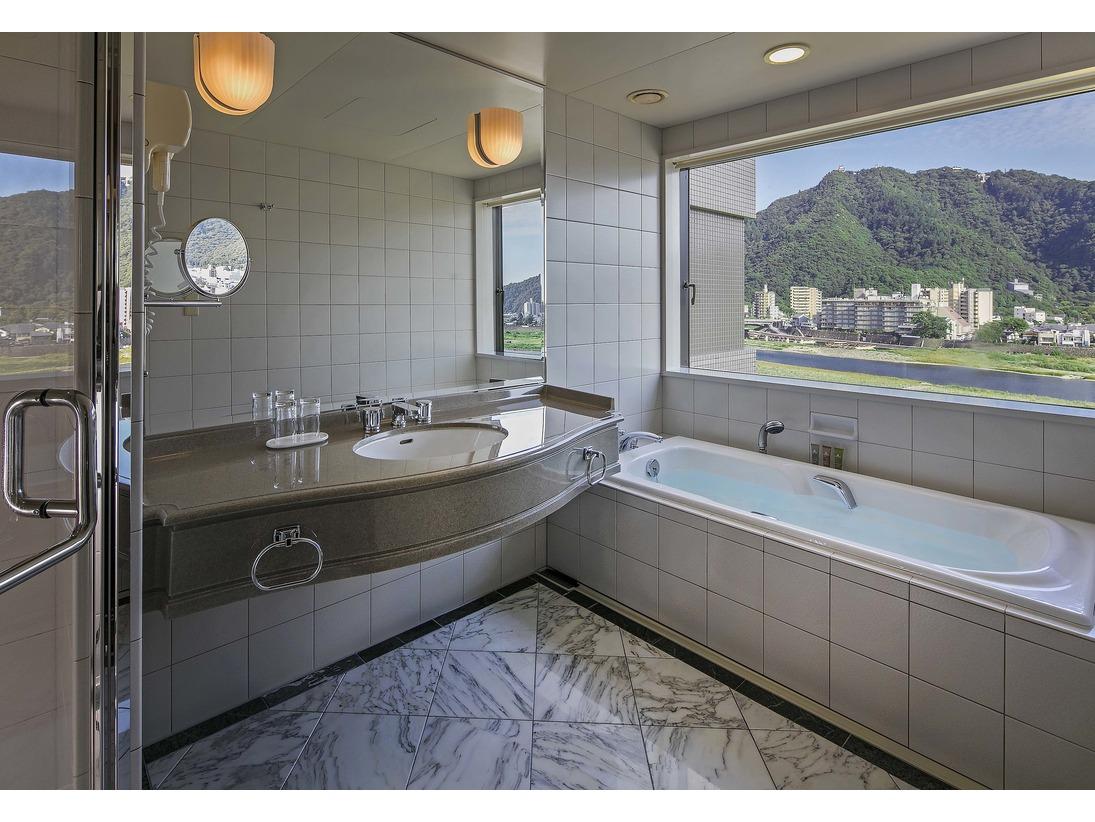 【パノラマスイート】バスルームから長良川・金華山をお楽しみいただけます(ビューバスルームタイプのお部屋のみ)