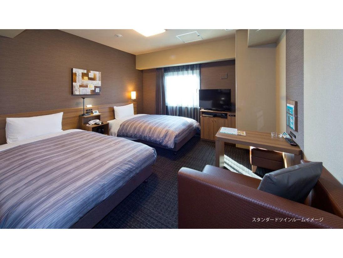 【スタンダードツインルーム】・ベットサイズ 110×200(cm) ・全室無料Wi-Fi、インターネット回線 完備・40型液晶TV 設置・WOWOW視聴 無料・天井埋込形ナノイー発生機 完備・お部屋には空の冷蔵庫がございます。
