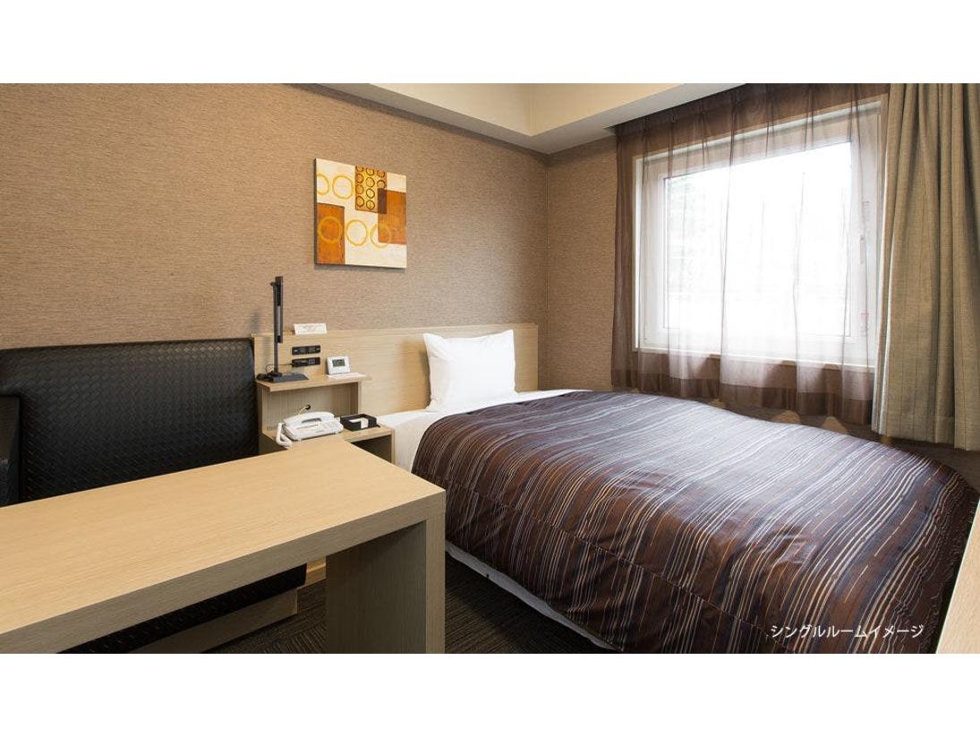 【スタンダードシングルルーム】・ベットサイズ 130×200(cm) ・全室無料Wi-Fi、インターネット回線 完備・40型液晶TV 設置・WOWOW視聴 無料・天井埋込形ナノイー発生機 完備・お部屋には空の冷蔵庫がございます。
