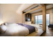 【さゞ波】まどろみに誘うシモンズベッドからは青い海と空の景色が。ごろ寝で過ごす、さゞ波スタイル